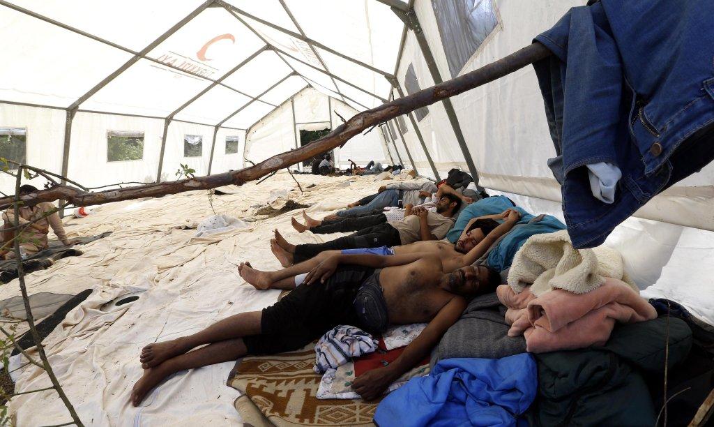 مهاجرون يقيمون في إحدى الخيام في بيهاتش بالبوسنة والهرسك. المصدر: إي بي إيه/ أف إي أتش أي.