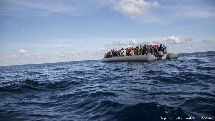 مهاجران سوار بر یک قایق بادی در آب های مدیترانه