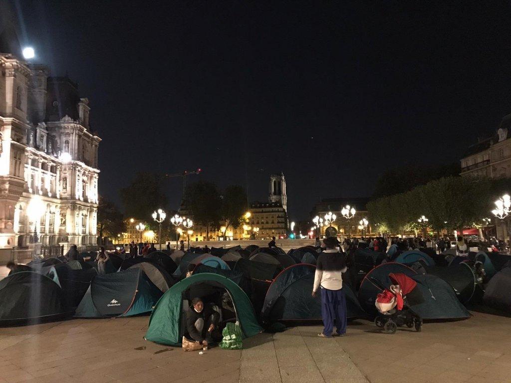 شب دوشنبه بر سه شنبه ۱ سپتمبر، ۲۱۸ مهاجر شامل دهها خانواده و زنان تنها با کمک سازمان خیریه یوتوپیا ۵۶ در میدان مقابل شهرداری پاریس خیمه زدند. عکس از یوتوپیا ۵۶