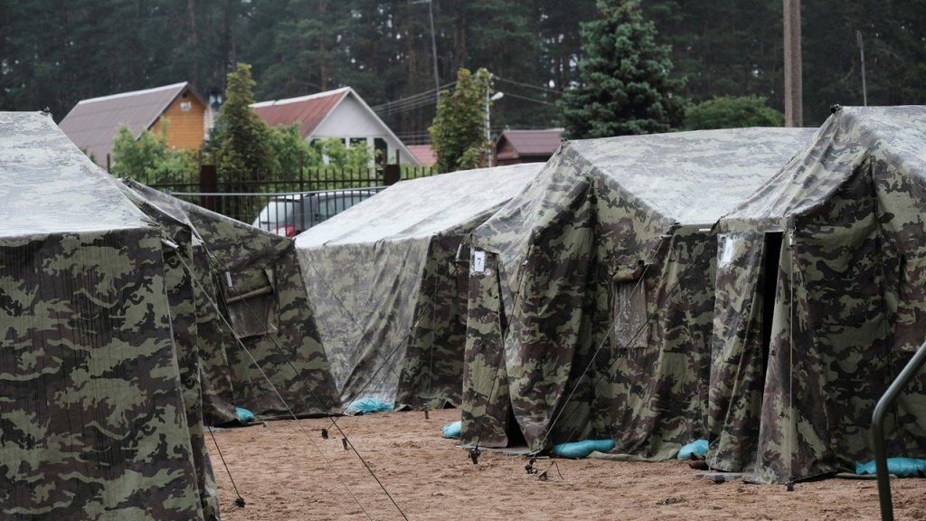 La Lituanie a installé au mois de juin 2021 un camp dans la ville de Pabrade, pour accueillir les migrants qui passent la frontière biélorusse. Crédit : Reuters
