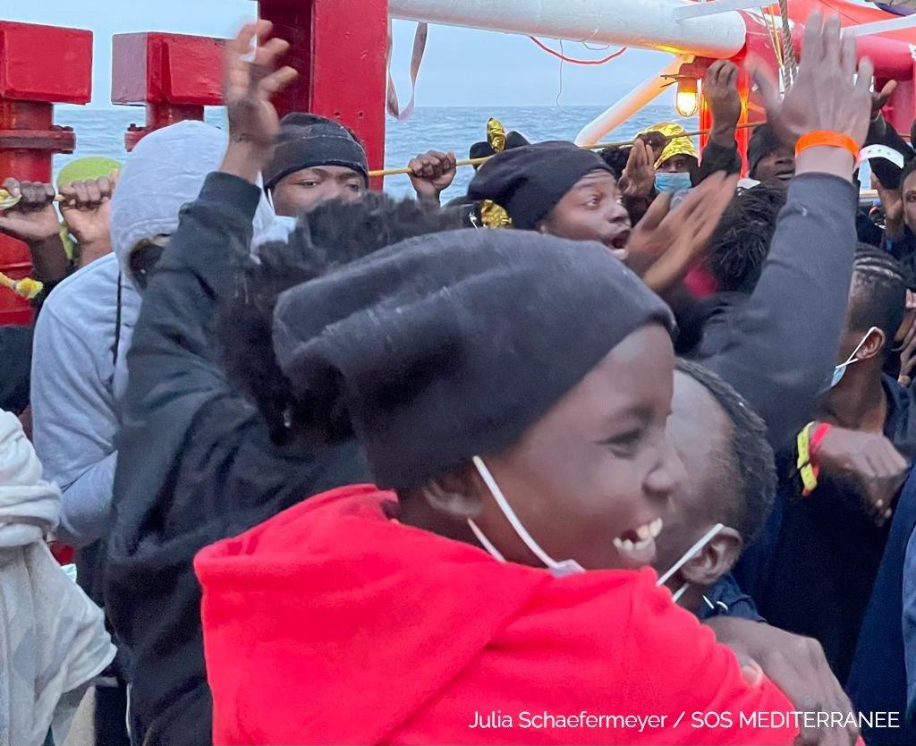 Les migrants heureux d'apprendre que l'Ocean Viking pourra accoster en Sicile | Photo: Julia Schaefermeyer / SOS Mediteranee from twitter feed @SOSMedIntl