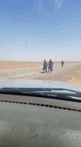 """Les immigrants clandestins se poursuivent de prendre le chemin de la mort travers la route nationale n 1,qui lie la ville frontalire de Tamanrasset et le province Ain-Saleh, la route de longeur de 650 kilomtres. Images du caravanes comportent des rfugis ont travers chaque jour,sous forme des chanes humaines et des groupes disperss sur la route, marchent tous pied sur la distance de 800 km en total. Telle est la faon la plus dangereuse robuste et climatiquement,en particulier point l'arrt 200 km (aprs la sortie de la ville de Tamanrasset), ou la vie inexistante, y la nature trop stril,au point d'indicibles. Tomber victimes humaines incomptable,car le spectre de la mort existe tout les jours,c'est cause de la faim et de la soif,la sche,o la temprature dans cette priode,atteinte 30 et 50 dans les jours de l'Et."""" width=""""165"""" height=""""300"""" /> الجزائر مهاجرون يسيرون على طريق الموت / الصورة لوكالة أنسا"""
