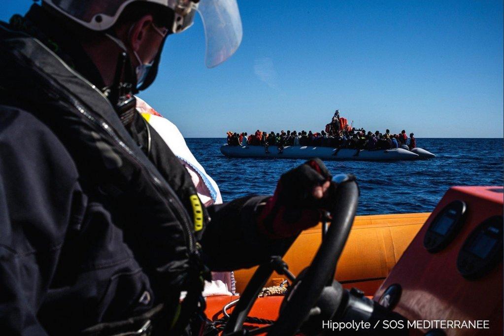 """عملية إنقاذ لمهاجرين في البحر المتوسط. المصدر: حساب منظمة """"أس أو إس ميدتيراني"""" على تويتر."""