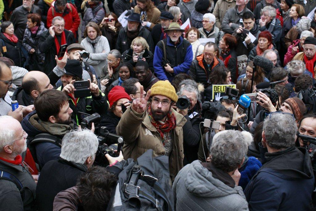 سدریک هِرو، هنگام خروج از دادگاه نیس. عکساز لوران کارِ/ Jour de Fête