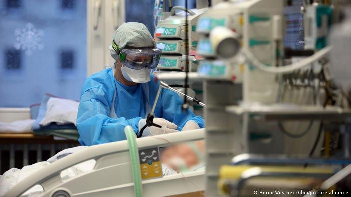 علاج أحد المصابين بفيروس كورونا في المستشفى الجامعي بمدينة روستوك الألمانية