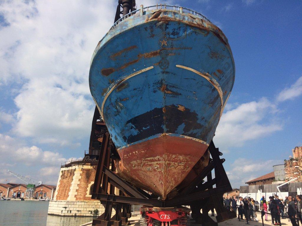 RFI/Sébastien Jédor |L'installation « Barca Nostra » est « une invitation au silence », selon les organisateurs de la Biennale de Venise.