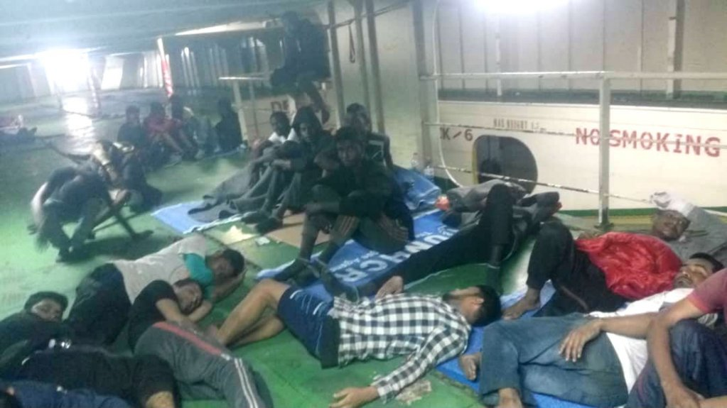 Jeudi 15 novembre, 79 personnes se trouvaient toujours à bord du Nivin et refusaient de sortir du navire. Crédit : DR
