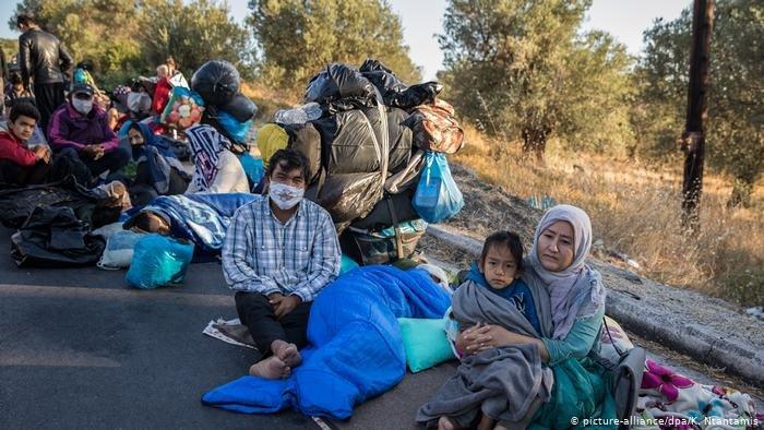 لاجئون قادمون من اليونان في مدينة نويروبين في شرقي ألمانيا