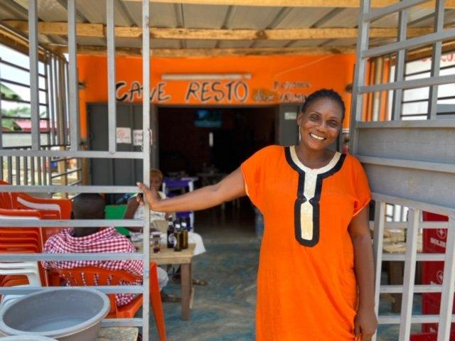 Jocelyne devant son restaurant à Songon, à l'ouest d'Abidjan. Crédit : Anne-Diandra Louarn / InfoMigrants