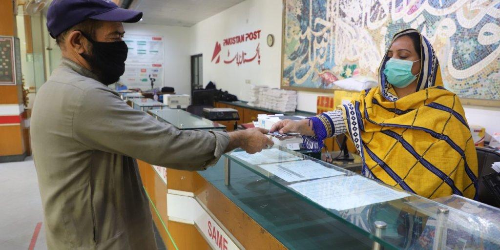 اسلام آباد: یک مهاجر افغان در حال بدست آوردن کمک نقدی. عکس: UNHCR