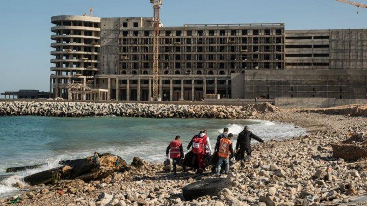 أ ف ب / أرشيف |عناصر من الصليب الأحمر يحملون جثث مهاجرين غرقوا قبالة السواحل الليبية 4 يناير 2017