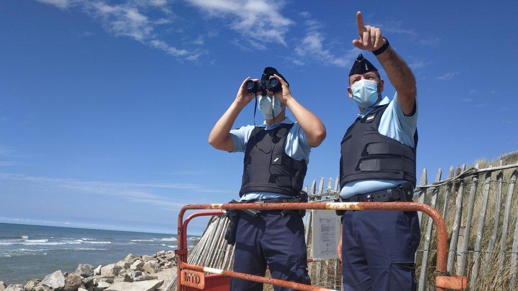 RFI/Alexis Bedu |Patrouille de gendarmes sur la plage Saint-Gabriel au sud de Boulogne-sur-Mer.