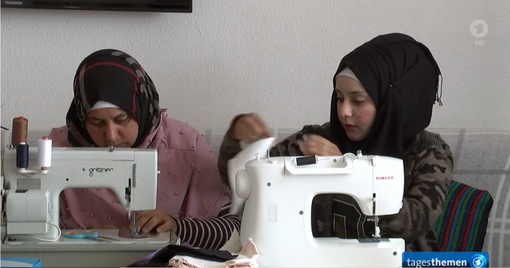 Yassim's mother and sister are busy sewing masks, along with the rest of his family | Source: ARD Screenshot