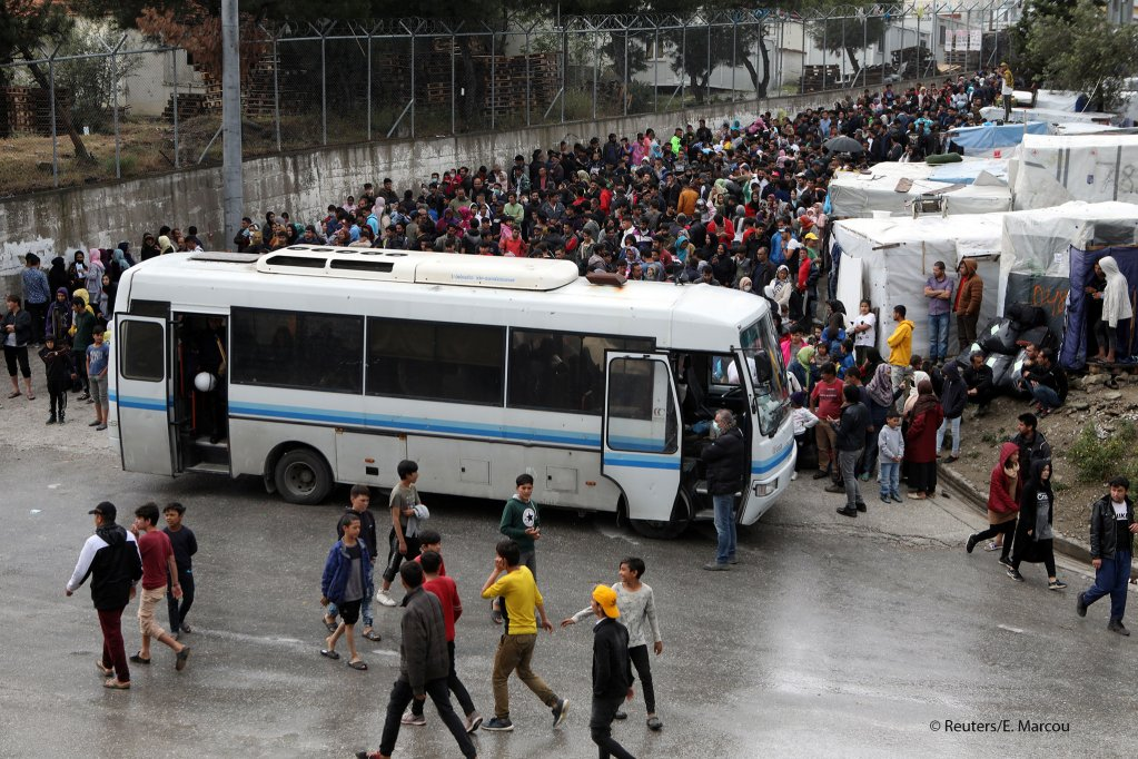 Migrants from the Moria camp wait to board buses to the port,  from where they will be transferred to the mainland, May 3, 2020 | Photo: REUTERS/Elias Marcou