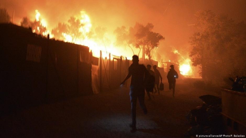 ۹ سپتمبر سال ۲۰۲۰، مهاجران در کمپ موریا از شعله های آتش فرار می کنند./عکس: Picture-alliance/AP Photo/P. Balaskas