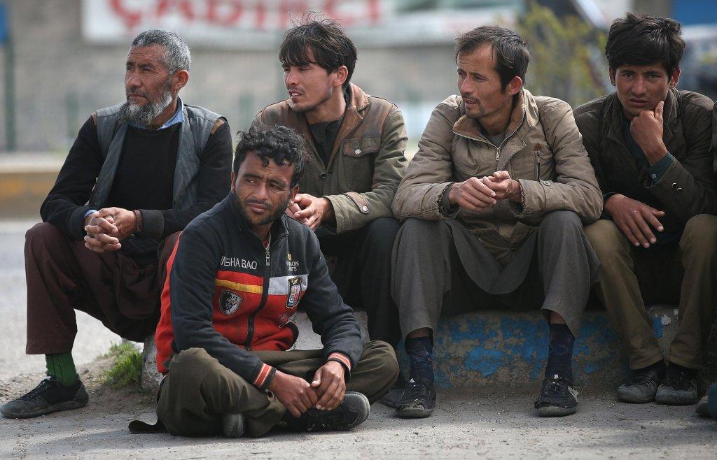 لاجئون يحصلون على قسط من الراحة بعد وصولهم إلى تركيا عبر الطريق الغربي في أزمير. المصدر: إي بي أيه/ إيردام شاهين.