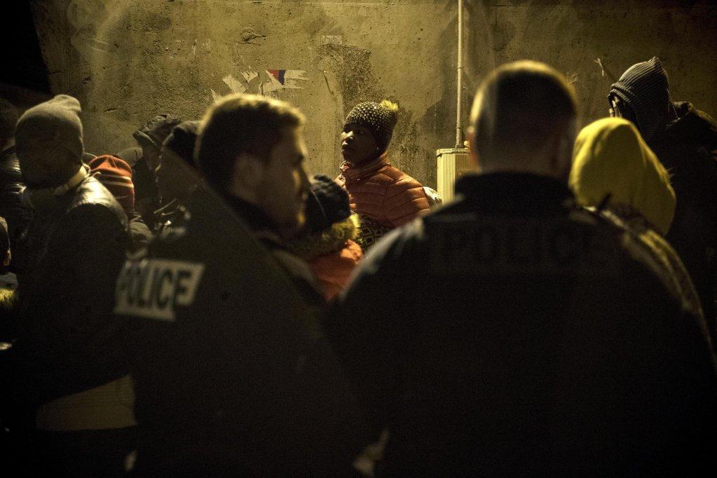 ANSA/مهاجرون ينتظرون الصعود إلى حافلة خلال قيام الشرطة بإخلاء المخيمات العشوائية في شمال العاصمة الفرنسية باريس. المصدر: إي بي إيه/ جوليان دي روسا