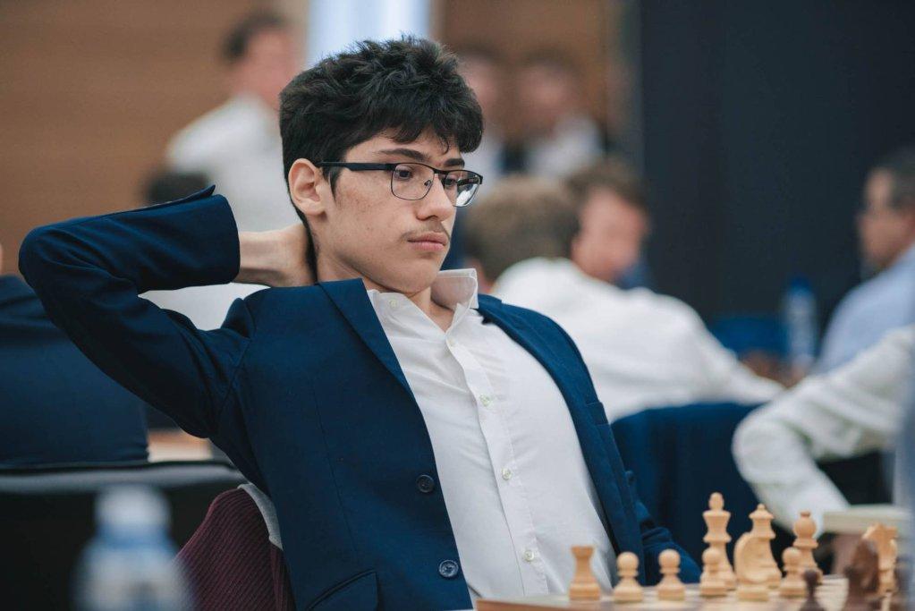 علیرضا فیروزجا در حال بازی شطرنج. عکس: کلوب شطرنج شارتر، فرانسه