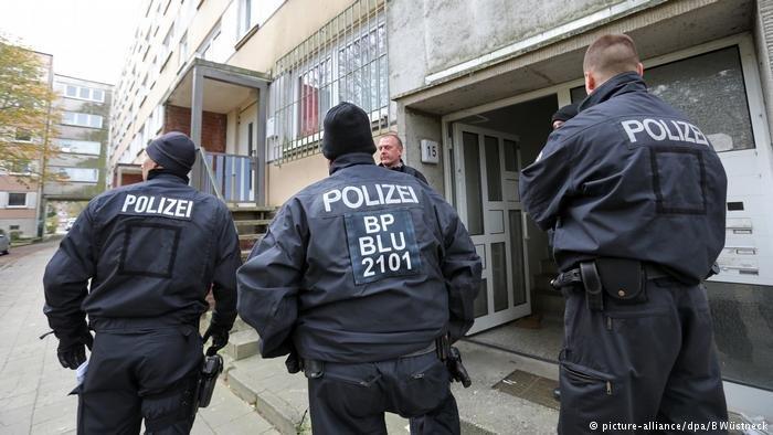 صورة من الأرشيف تظهر الشرطة الألمانية أثناء قيامها بعملية ترحيل