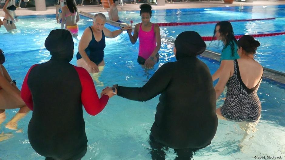 Le groupe de femmes se retrouve tous les dimanches matins pour suivre des cours à la piscine. Photo: Jutta Olschewski/epd