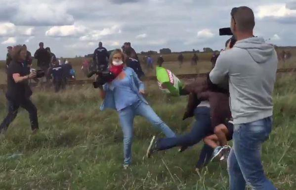 صورة ملتقطة من الشاشة/الصحافية بترا لازلو أثناء قيامها بعرقلة المهاجرين على الحدود الصربية المجرية
