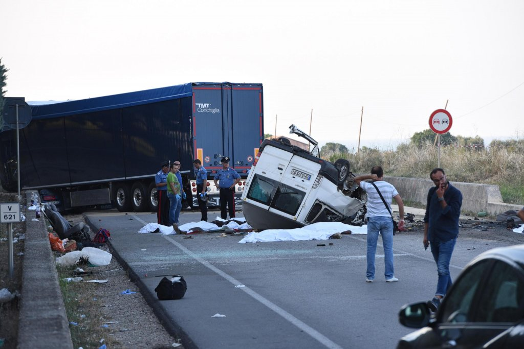 Twelve people were killed in an accident in Lesina, in the southern province of Foggia, on August 6, 2018. Some of the victims were migrant farmworkers who were travelling in a van on their way back from the fields | Photo: ANSA/FRANCO CAUTILLO