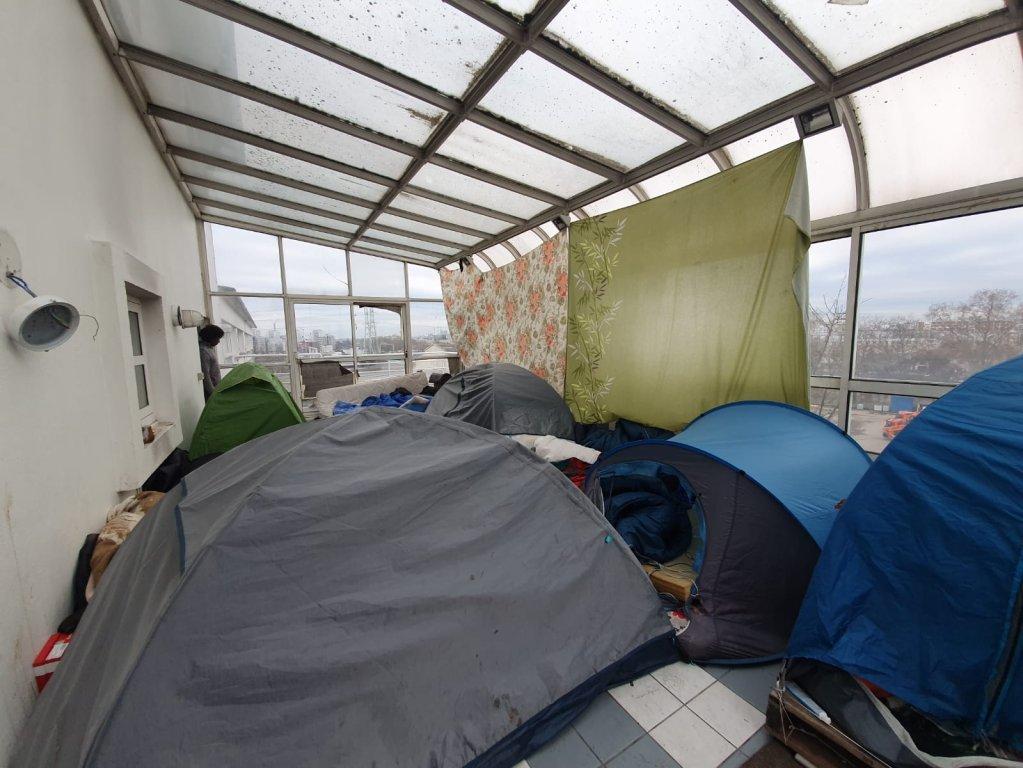 حوالي 250 مهاجرا يعيشون في بناء مهجور على أطراف باريس. الصورة: دانا البوز/مهاجرنيوز
