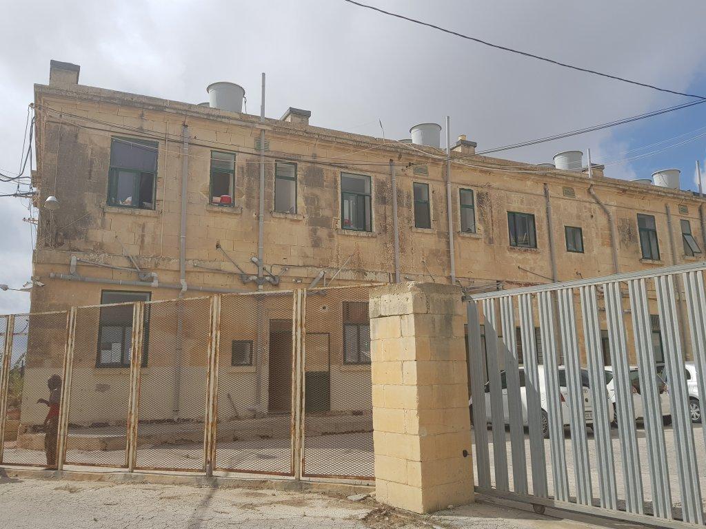 أحد المباني في مركز هال فار لاحتجاز المهاجرين في مالطا