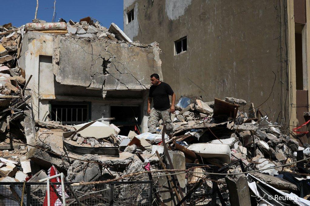 احمد اشتافی مهاجر سوریایی روی ویرانه خانه اش در حومه بیروت