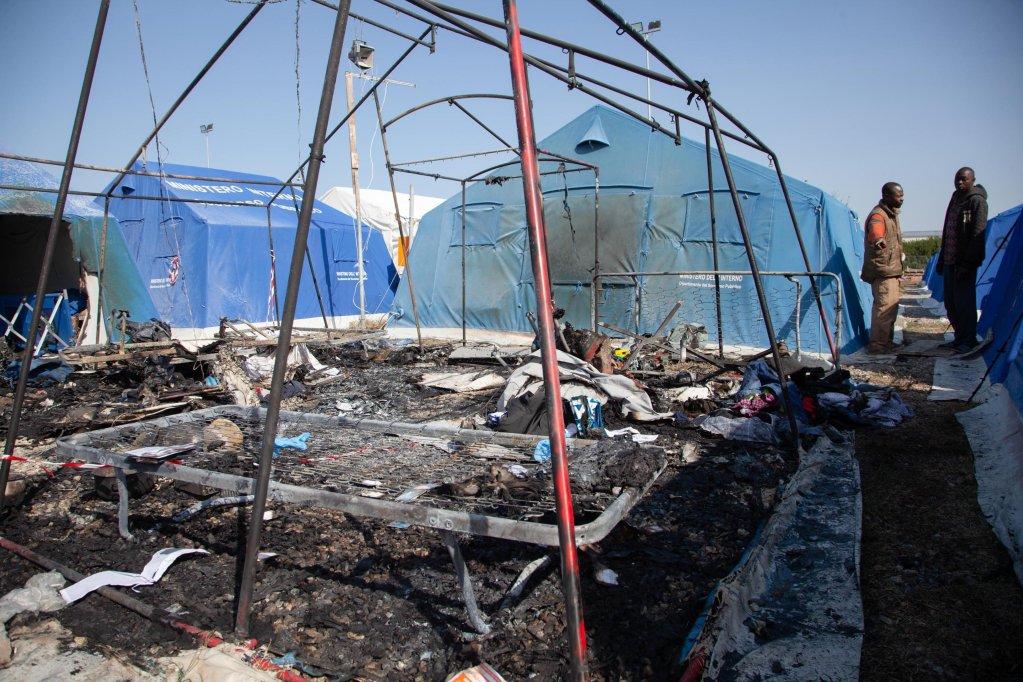 ANSA / الخيمة التي توفي فيها مهاجر سنغالي جراء اندلاع حريق في المخيم الجديد، الذي تديره مؤسسة كاريتاس في سان فرناندينو. الصورة: أنسا.