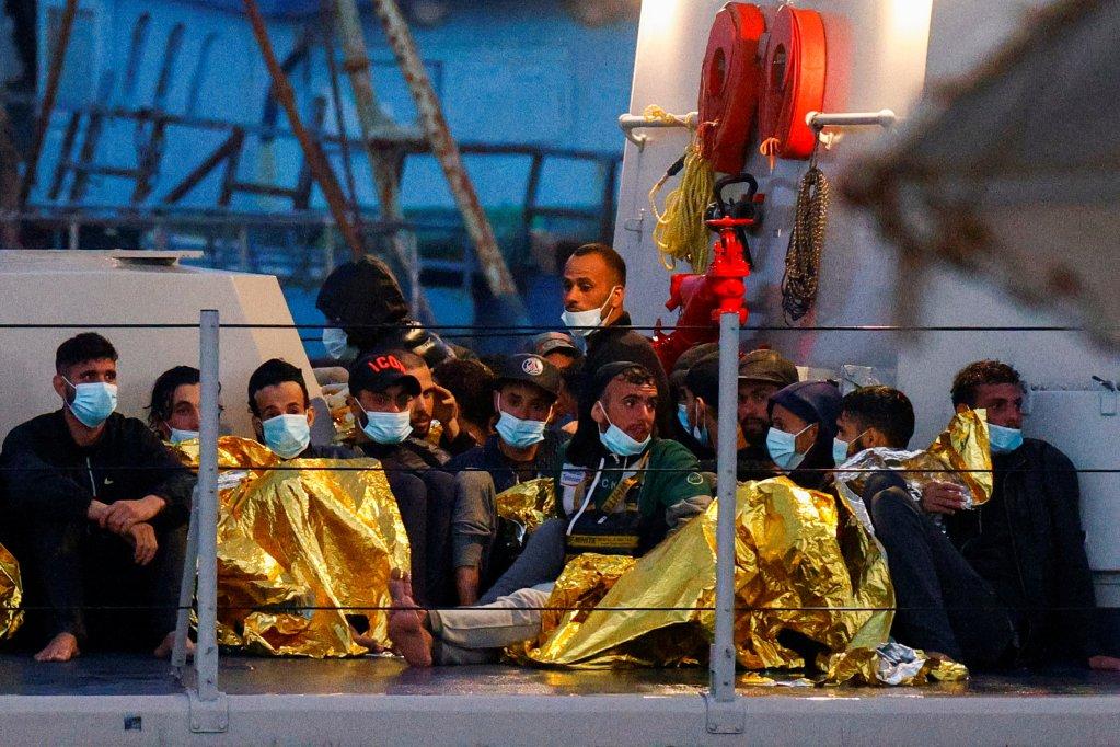 مهاجرون على متن زورق تابع للشرطة المالية الإيطالية قبيل إنزالهم في جزيرة لامبيدوزا، 21 حزيران\يونيو 2021. رويترز