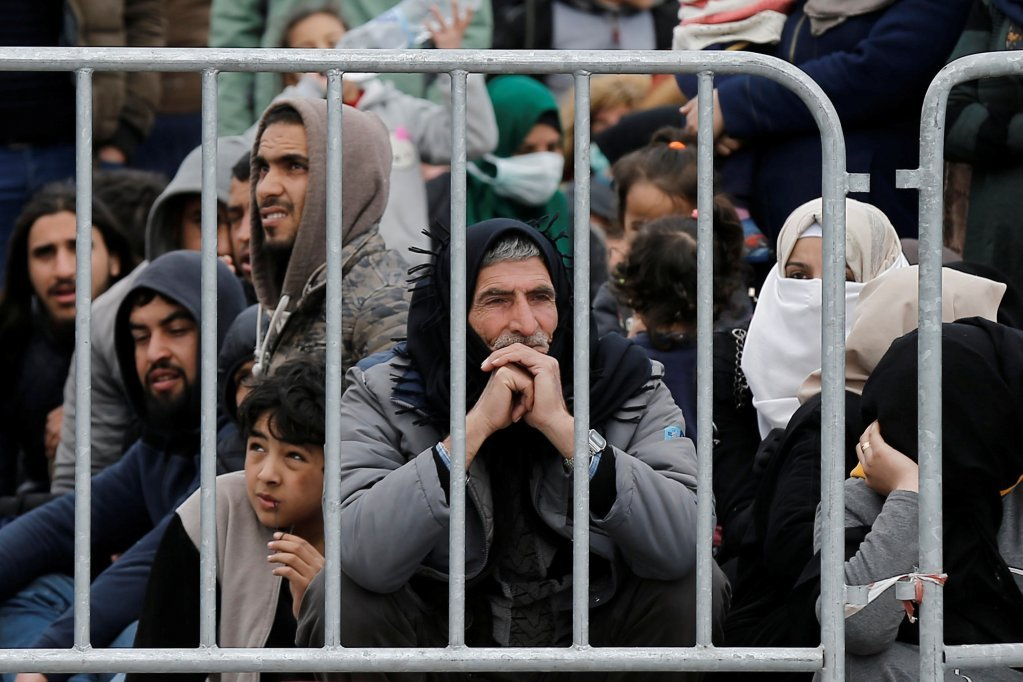 مهاجران تازه وارد به لیسبوس منتظر سوارشدن در یک کشتی یونانی در بندر میتیلین هستند، ۴ مارچ ٢٠٢٠. عکس از کوستاس بالتاس/ رویترز