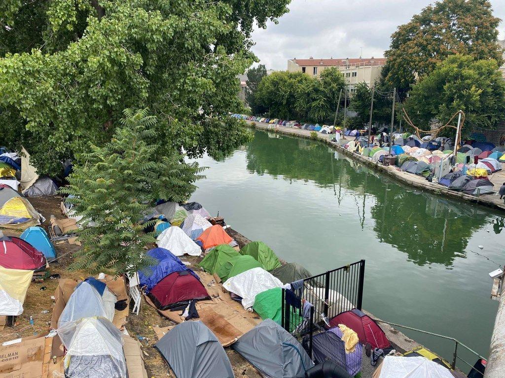 کمپ اوبرویلیه در شمال پاریس، ۱۵ جولای ۲۰۲۰. پولیس چندی بعد این کمپ را تخلیه کرد.. عکس از مهاجر نیوز