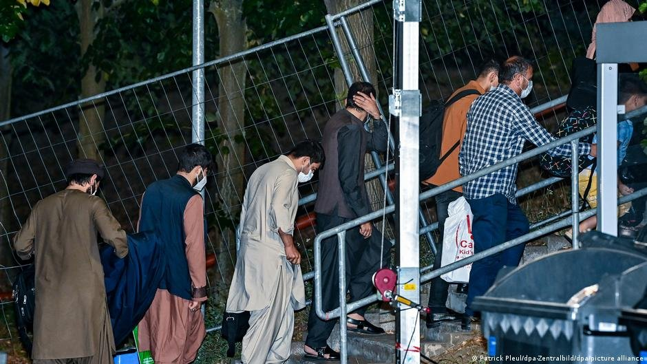 A group of evacuated Afghans arriving in Germany, in the eastern state of Brandenburg | Photo: Patrick Pleul/dpa-Zentralbild/dpa/picture-alliance