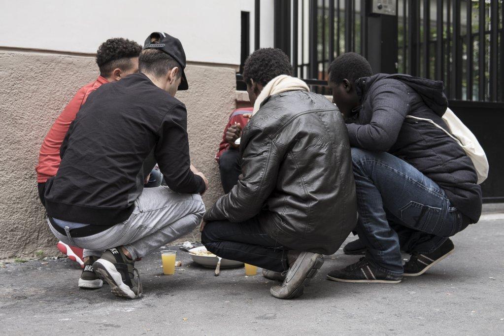 پاریس کې ځینې مهال، بې سرپرسته زیرسن کډوال په سړکونو کې له سرپناه او ډوډۍ پرته وخت تیروي. انځور: د فرانسې نړیوالې راډیو