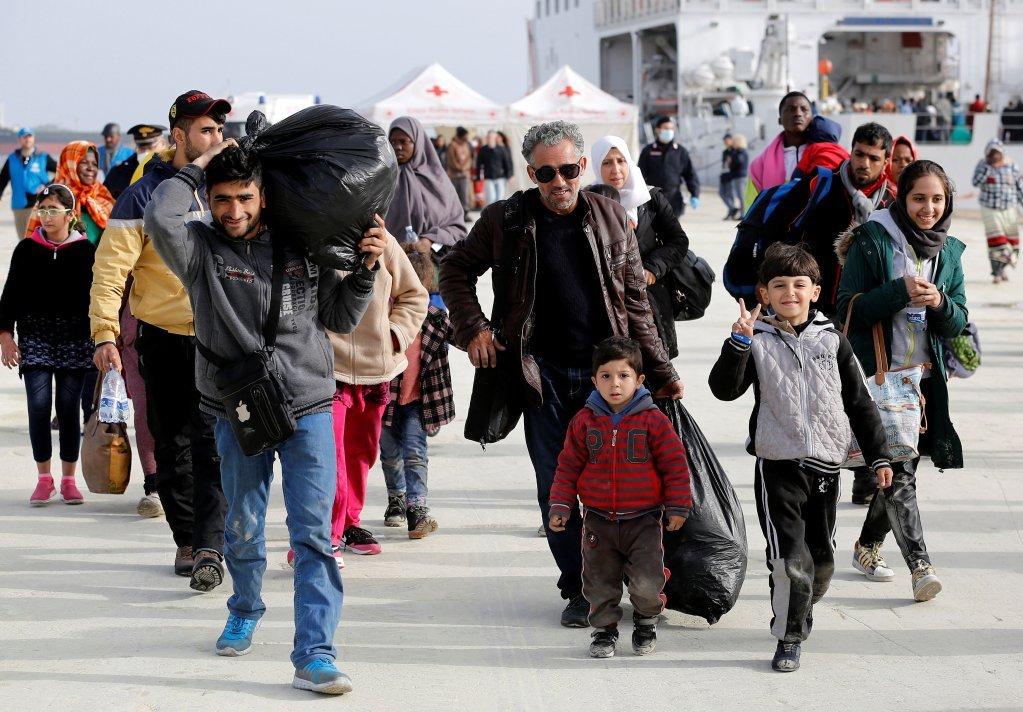 لاجئون في ميناء أوغوستا الصقلي بإيطاليا، 2017| المصدر: رويترز / أنطونيو بارينيلو