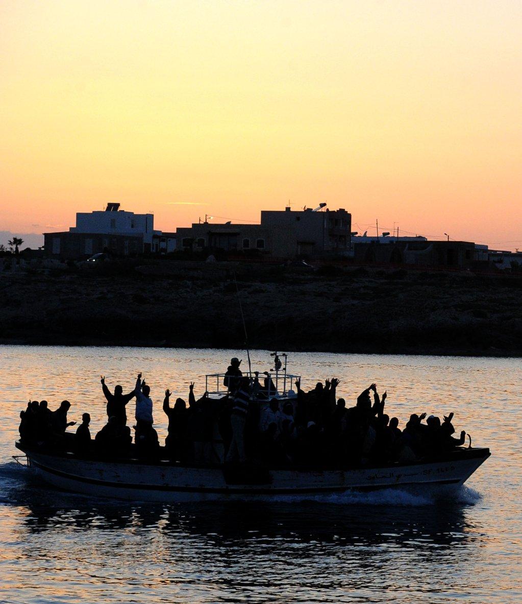 ANSA / قارب يقل مهاجرين تونسيين يدخل إلى ميناء لامبيدوزا. المصدر: أنسا/ إتوري فيراري.