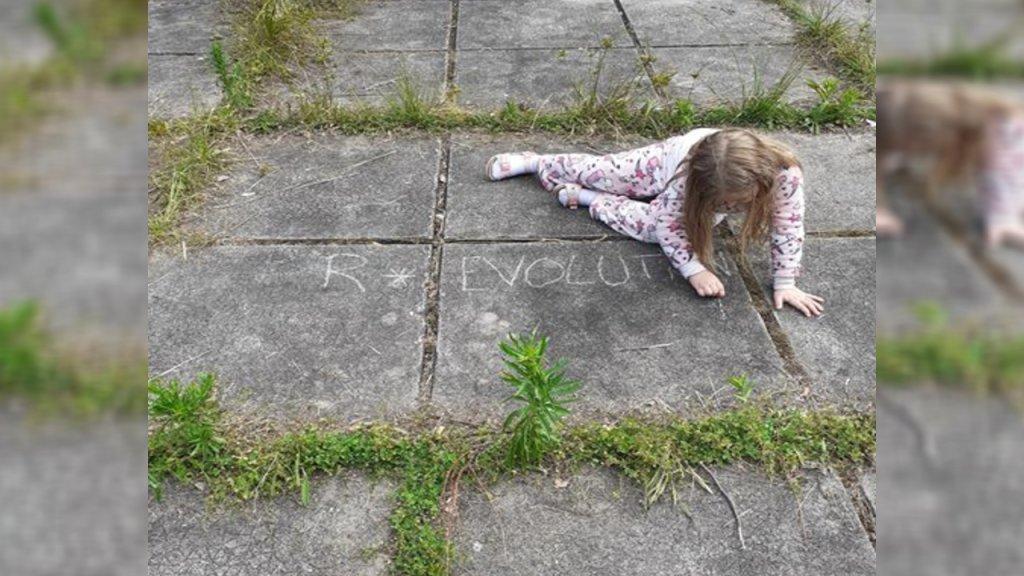 Une fillette dessine à la craie sur le sol, à l'Éclaircie, un nouveau squat pour familles et femmes seules ouvert il y a une semaine à Gradignan, près de Bordeaux. Crédit : Collectif Partout Chez Elles