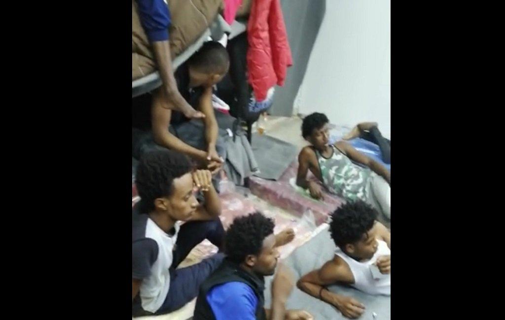 مهاجرو أبو سليم داخل إحدى غرف المهجع الذي خصص لهم. الصورة مأخوذة من فيديو أرسله لنا المهاجرون