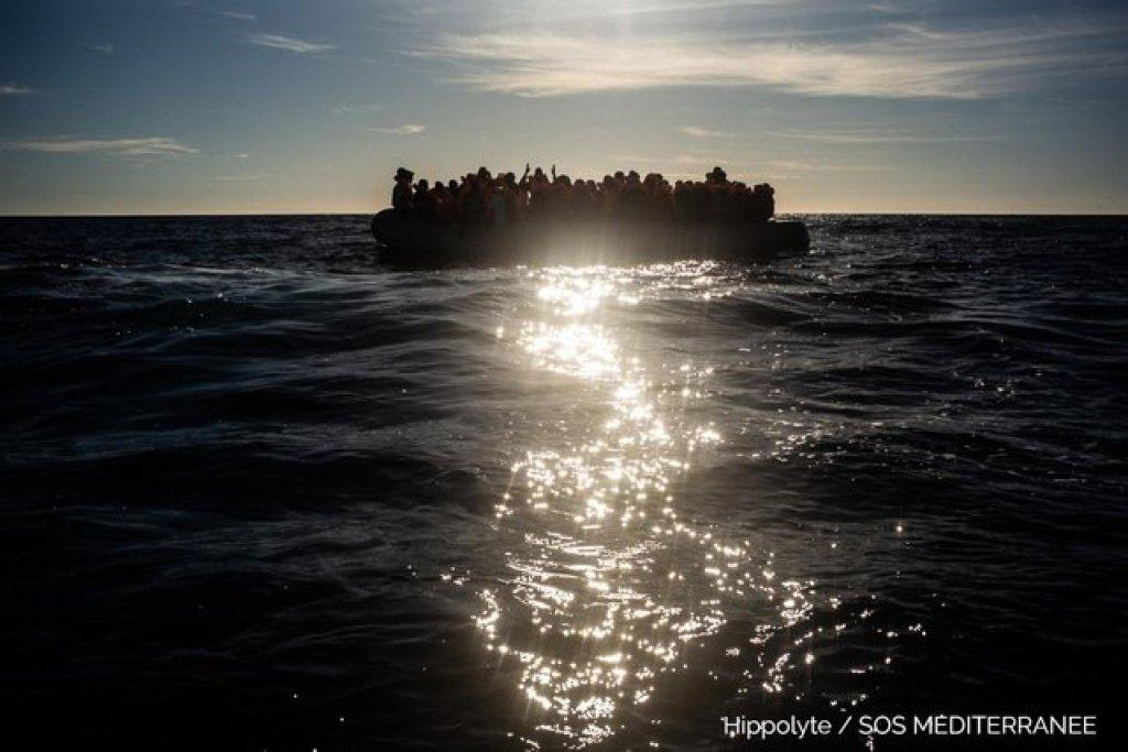 """قارب مطاطي في البحر المتوسط يقل عشرات المهاجرين. المصدر: منظمة """"إس أو إس ميديتراني""""."""