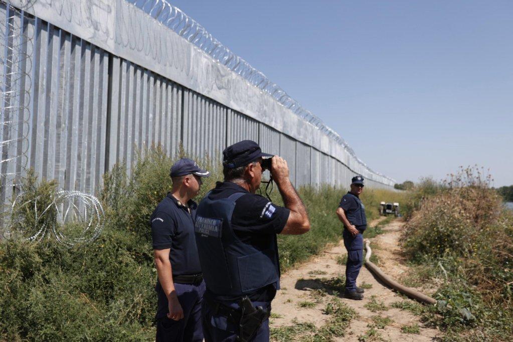 دورية للشرطة بمحاذاة سور حديدي تم بناؤه على نهر إيفروس بمنطقة فيريس، على الحدود اليونانية التركية. المصدر: إي بي إيه/ ديمتريس توسيدس.
