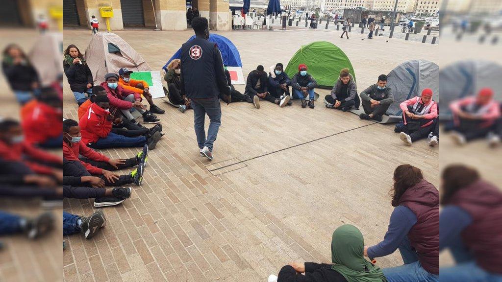 Un rassemblement de migrants mineurs à la rue devant la mairie de Marseille, le 2 mars 2021. Crédit : Facebook / Mineur En Danger