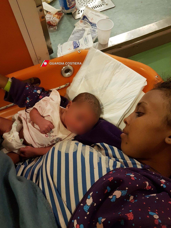 ANSA / مهاجرة ورضيعها بعد إنقاذهما في البحر المتوسط. المصدر: حرس السواحل.