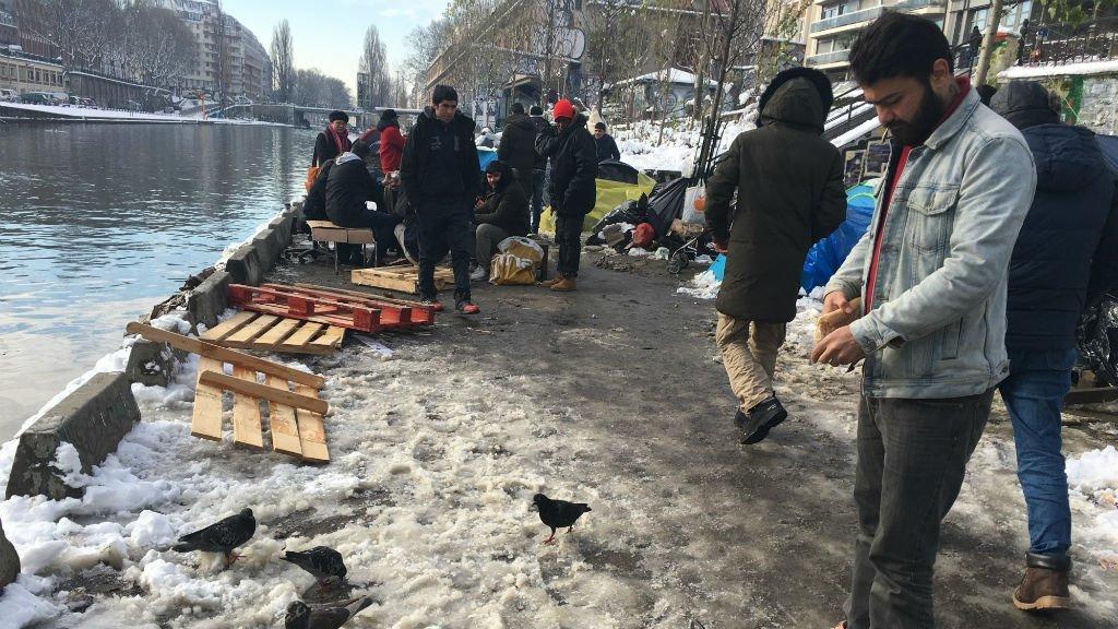 کمپ مهاجرانی که اغلب افغان هستند در کنار کانال سن مارتن در شمال پاریس، عکس از مهاجر نیوز.