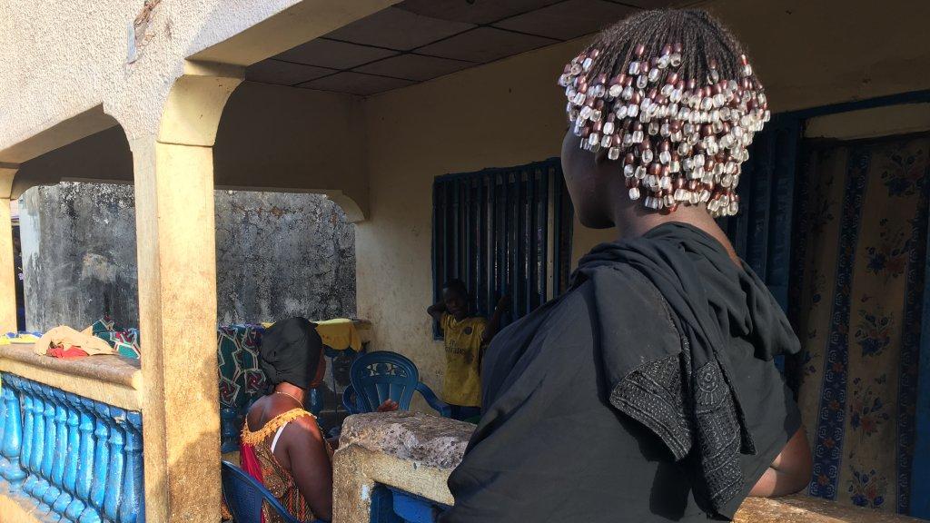 Virginie a quitté la Guinée à l'âge de 17 ans, dans l'espoir de rejoindre l'Europe pour y faire des études. Victimes d'esclavagisme sexuel en Libye, elle a été rapatrié par l'OIM en décembre 2018. Crédit : Julia Dumont