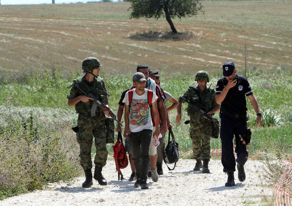 نیروهای اردو و پولیس صربستان مهاجرانی را که در مرز این کشور با مقدونیه بازداشت شده اند، همراهی می کنند./عکس: ARCHIVE/EPA/DJORDJE SAVIC