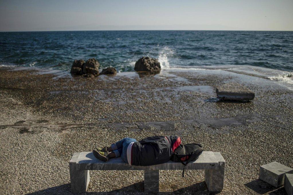 ANGELOS TZORTZINIS / AFP |Un migrant dort sur une plage de l'île grecque de Lesbos, le 3 mars 2020 (photo d'illustration).