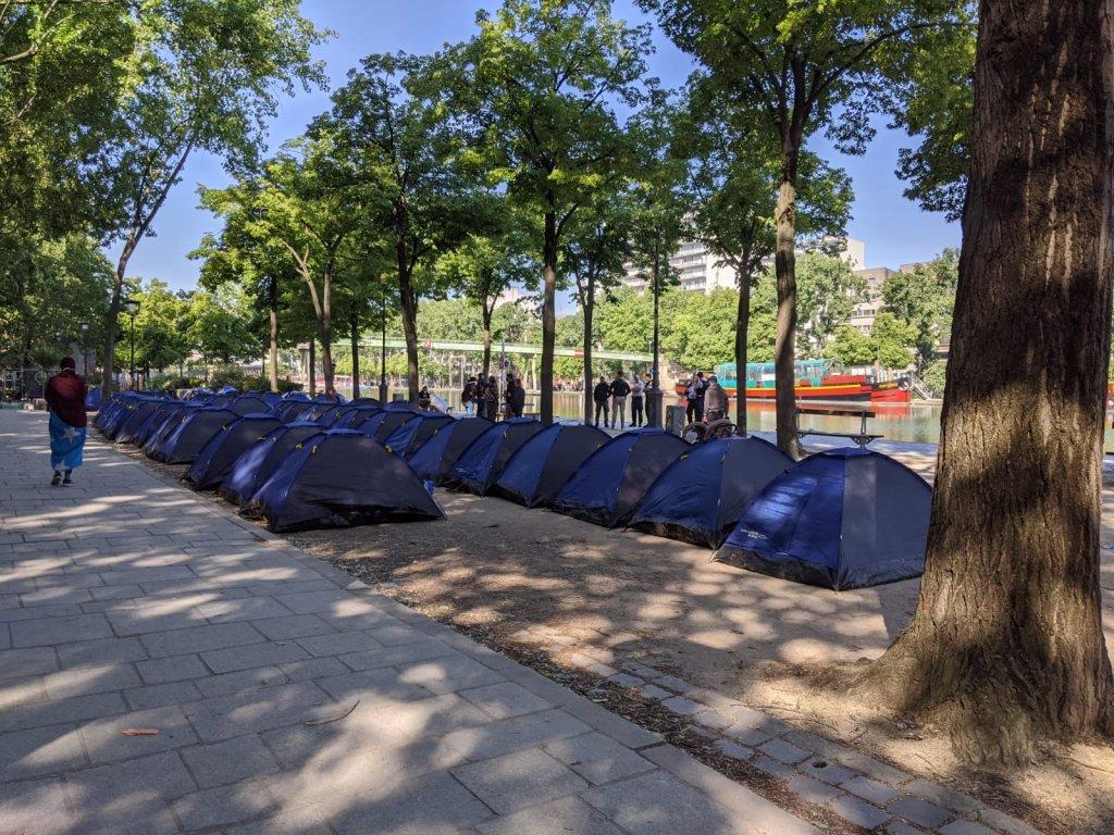 Une cinquantaine de tentes ont été installées près du bassin de la Villette à Paris, le 26 mai 2020. Crédit : Utopia56