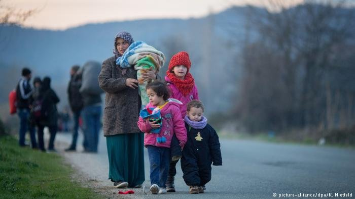 picture-alliance/dpa/K. Nietfeld |للاجئون عند الحدود اليونانية المقدونية (أرشيف)