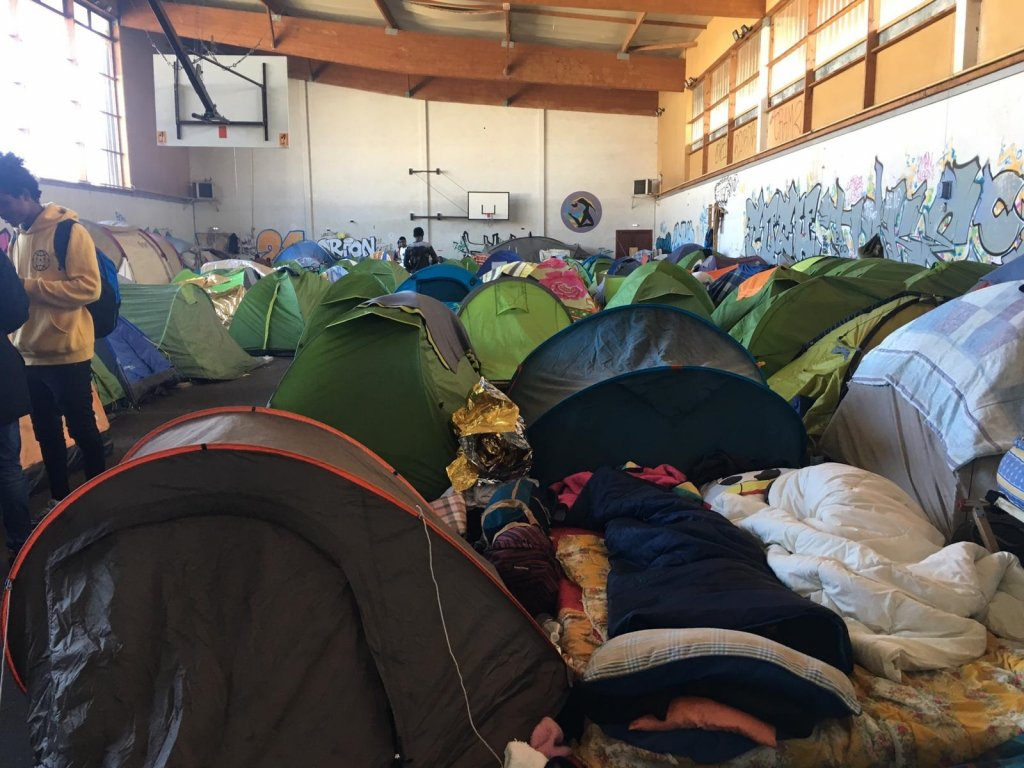 Entre 600 et 800 personnes vivaient, depuis un an, entassées au gymnase de Saint-Herblain, près de Nantes. Crédit : Leslie Carretero / InfoMigrants